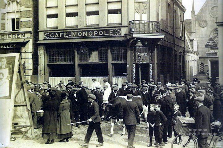 Enschede, Oude Markt voor café Monopole omstreeks 1925