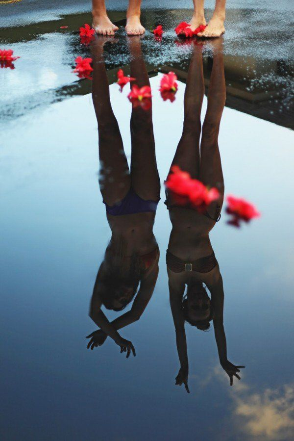 reflejo en el agua de chicas en bikini