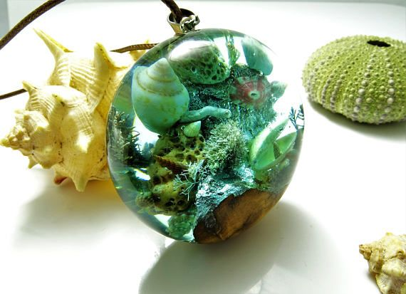 PREMIUM PIECE.  Wooden and resin necklace full of amazing details. A total of 11 shells, 4 textured marine stones, 7 sea plants and lichens, 1 coral tube and controlled bubbles.  This premium piece has been carefully planned and elaborated for many hours to offer the maximum realism.  Turquoise color that fits perfectly with the vein of the centenary olive wood on which the composition is mounted.  Inspired by our Mediterranean sea, I use only shells recovered from the beaches of my…