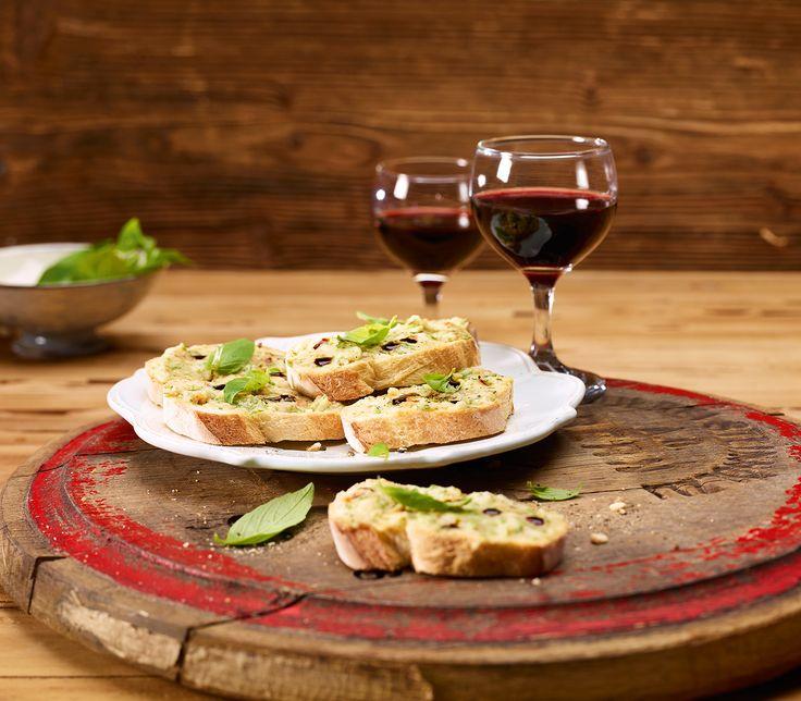 Vom Aceto Balsamico Tradizionale genügen wenige Tropfen, um aus diesen Crostini ein ganz besonderes Häppchen zu zaubern.