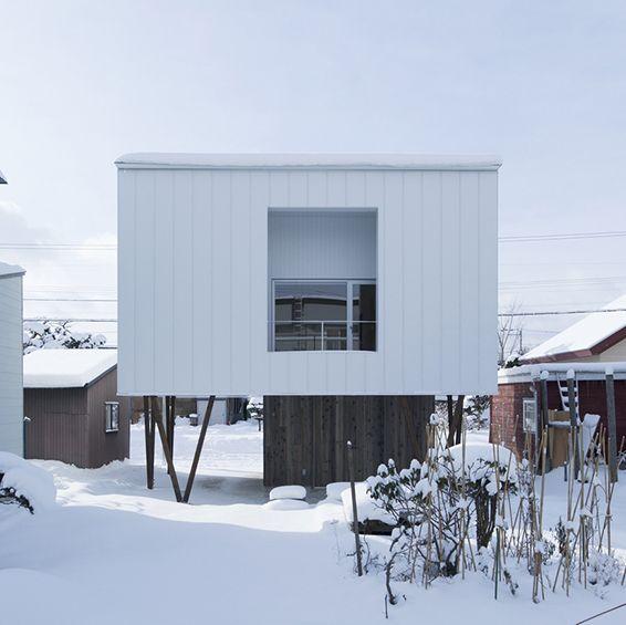 Cette maison individuelle de 70m² sur pilotis conçue par le studio japonais ArchiLab a été pensée pour s'adapter au mieux au climat parfois extrême de la ville d'Asahikawa à Japon où elle se situe. ...