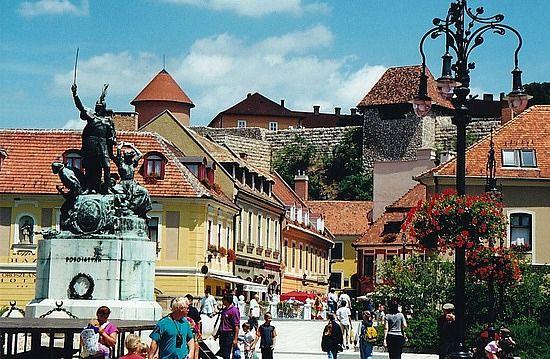 Eger, Hongarije, een serieus mooi barok stadje met een heldhaftige geschiedenis. Bekend van de rode stierenbloedwijn. http://www.hungariahuizen.nl/eger/