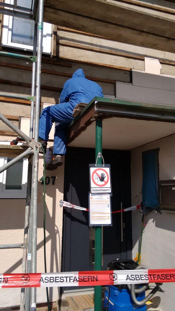 Asbestsanierung nach behördlicher Stilllegung einer Baustelle. 20m² Asbestzement kleinformatige Fassaden-Platten.