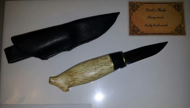 En kniv med knivslida jag gjort till min pappa. Skaftet är gjort i masurbjörk, mässing och ebenholts.