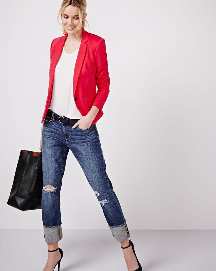 Veston ajusté à bouton unique et boutons aux poignets. S'agence parfaitement avec un jean, une jupe ou un pantalon pour le bureau.<br /><br />- Entièrement doublé<br />- Manches longues<br />- Poches à rabat<br />