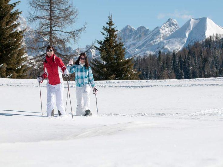Il percorso Racchette da neve Alleghe - Caprile offre numerosi punti di interesse come il santuario di Santa Maria delle Grazie, ideale per vacanze neve sulle Dolomiti.