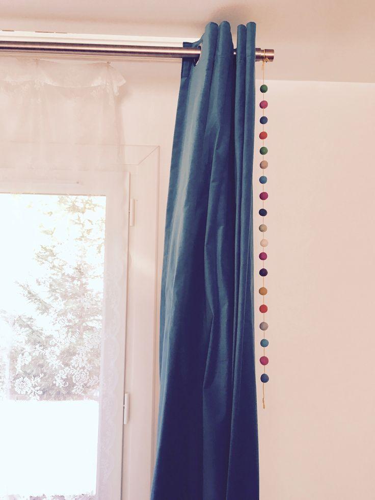 Guirlande boules feutrine pour égayer des vieux doubles rideaux sombres bleu canards. Tringle couleur cuivre