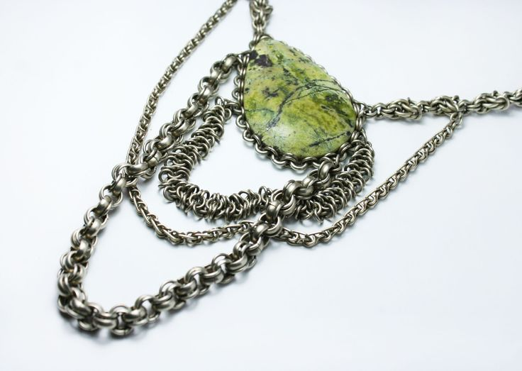Chains : five chains and serpentine queen necklaces