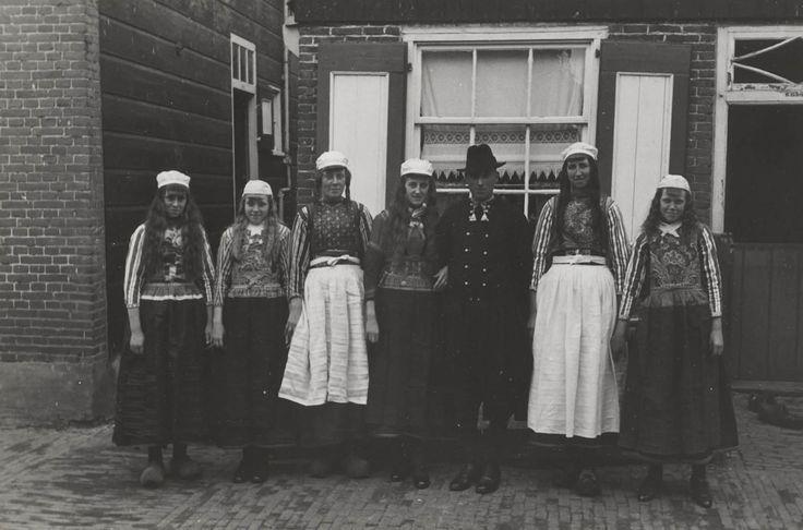 Bruidspaar met bruiloftsgasten. 1943 #NoordHolland #Marken