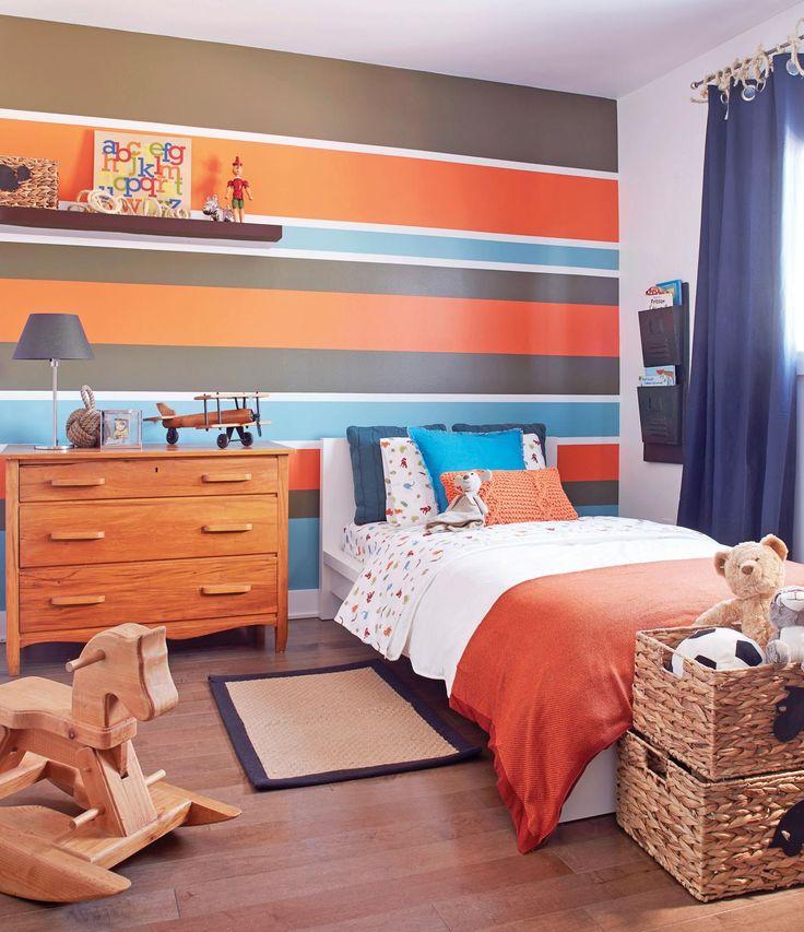 chambre de garçon avec rayures au mur