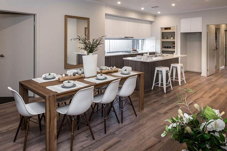 This sophisticated dining room is the ideal place to host dinner with friends.#weeksbuildinggroup #newhome #homedesign