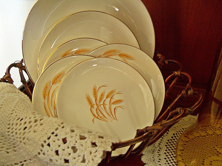I love these wheat dishes from the old Duz detergent...reminds me of my childhood...http://picketsplace.blogspot.com