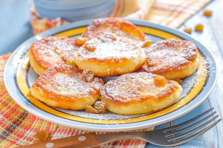 Pufoase si aromate, cu o consistenta bogata, clatitele cu branza de vaci si stafide sunt cel mai bun mic dejun pe care il poti manca dis-de-dimineata.