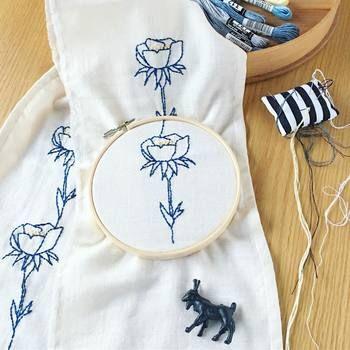 こちらは着物の半襟に施した刺繍。和装小物に洋風のお花をデザインすると、それだけで新鮮に見えますね☆