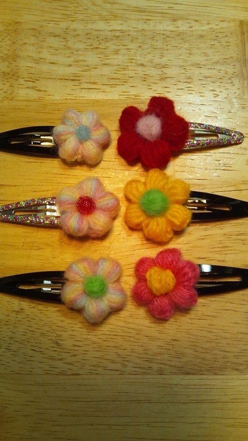 ぷっくりお花の髪飾り(右)を作りやすく改良しました。 右は鎖に花弁を編む方法で左は輪に花弁を編む方法です。 毛糸の太さや種類によって目の数を調整して編んでください♪