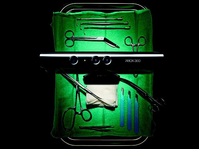 O Hospital Evangélico de Londrina, no Paraná, é o primeiro centro médico brasileiro a desenvolver um método que utiliza o Kinect, da Microsoft, em salas de cirurgia. A equipe de tecnologia do hospital desenvolveu um software que utiliza o aparelho acoplado a um PC - as imagens são exibidas em TVs de plasma de 51 polegadas e em resolução Full HD. Na INFO Online, por Cauã Taborda.