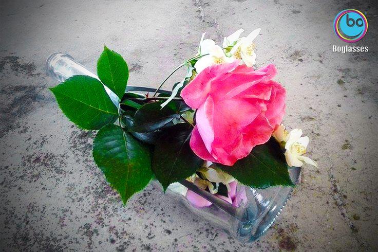 Per la #festadellamamma #boglasses ha trasformato una bottiglia in vaso. Una rosa per tutte le mamme! #mum #gardenparty #flower #spring #green #design #italianstyle