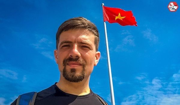 Russian boy cycling around Asia came Vinh Vietnam Only with the bike, Igor Reva took the 9,000 km journey from Russia to Vietnam alone.