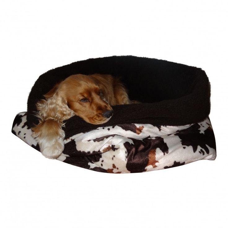 Deze orginele handgemaakte Koeien-bruin slaapzak is gemaakt van een zachte velboa, 2cm wattine en een heerlijke zachte borg. Heerlijk voor uw hond om als slaapzak-mand of kleed te gebruiken. Een eigen plek op iedere plek. Wordt geleverd met een ByChic aankoopcerificaat en een attentie voor de hond.M