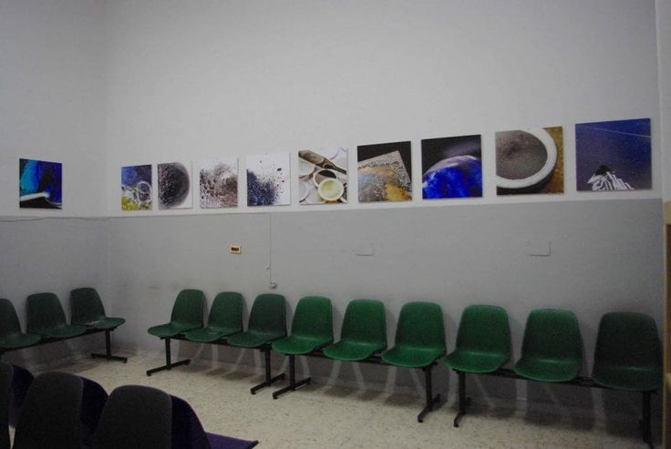 Uno spazio in cui parlarsi o restare in silenzio, distrarsi o soltanto attendere l'esito di una visita o di un'operazione, circondati da fotografie