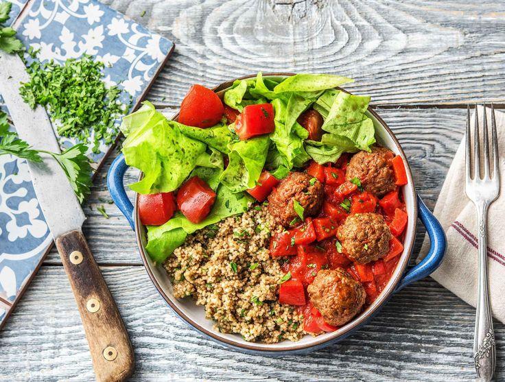 Couscous met gehakballetjes, rode saus en frisse salade
