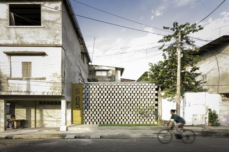 Completed in 2017 in Babahoyo, Ecuador. Images by JAG Studio. . The client is an audio-visual communicator, cultural manager of cultural events, free spirit and owner of a land of 7x10m² where the intervention...
