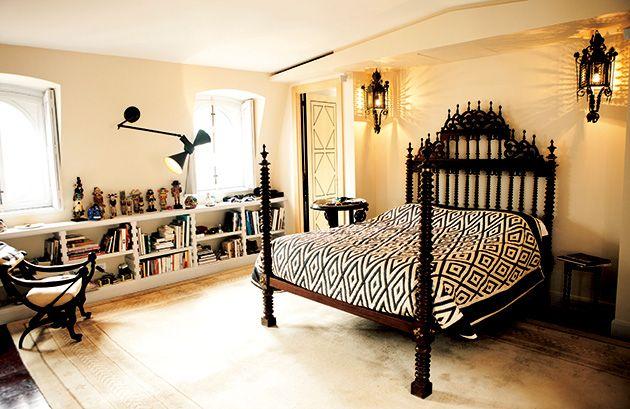 ポルトガル製のベッド。棚にはアフリカのホピ・カチナの人形コレクションが並ぶ。