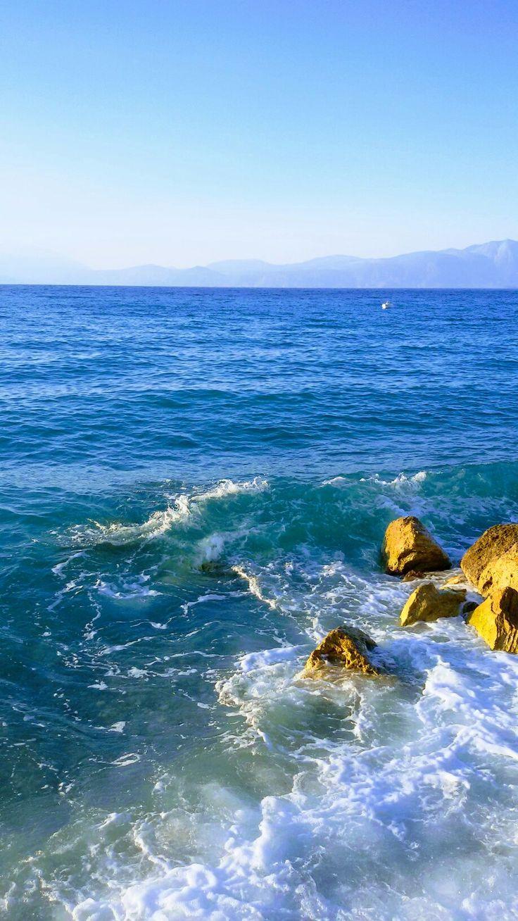 Με καφέ ελληνικό. Κόκκινο της καρδιάς. Μπλε θάλασσας και ουρανού Πράσινο της ελπίδας και  ένα τραγούδι άνεμος ταξιδεύω...  Με μια βάρκα θαλασσιά  μες του πελάγου την αγκαλιά... που σμίγει η θάλασσα με τον ουρανό... ΄΄΄ '''   Και μεσα στα μάτια μου βαθειά ριζώνουνε τα μανιασμένα αστροπελέκια του πελάγους!!!