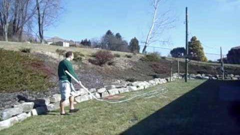 Bryan hat eine fast 25 Meter lange Peitsche im Garten und versucht, das Teil irgendwie zu schwingen. Bryan verliert – gegen die Physik…      Auch interessant:                        Minischweinchen Babies essen einen Apfel ...