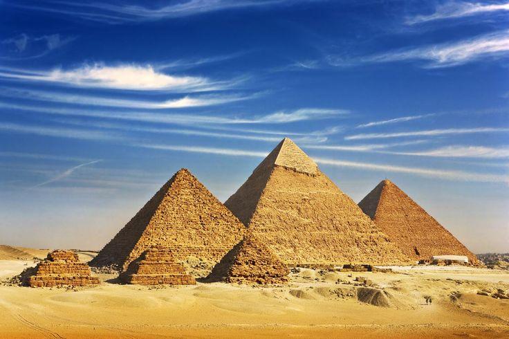 PIRÂMIDES DE GIZÉ (EGITO) Como deixar as Pirâmides do Egito de fora dessa lista? É um lugar único no mundo, localizado nos arredores de Cairo. O sítio arqueológico inclui as Grandes Pirâmides, a Esfinge, além de cemitérios, vila operária e um complexo industrial. A Pirâmide de Quéops é a única das sete maravilhas do mundo antigo que permaneceu de pé.