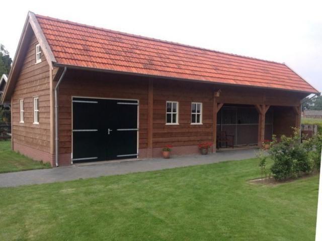 41. Houten garage met overkapping en ingebouwde paardenboxen 80m2
