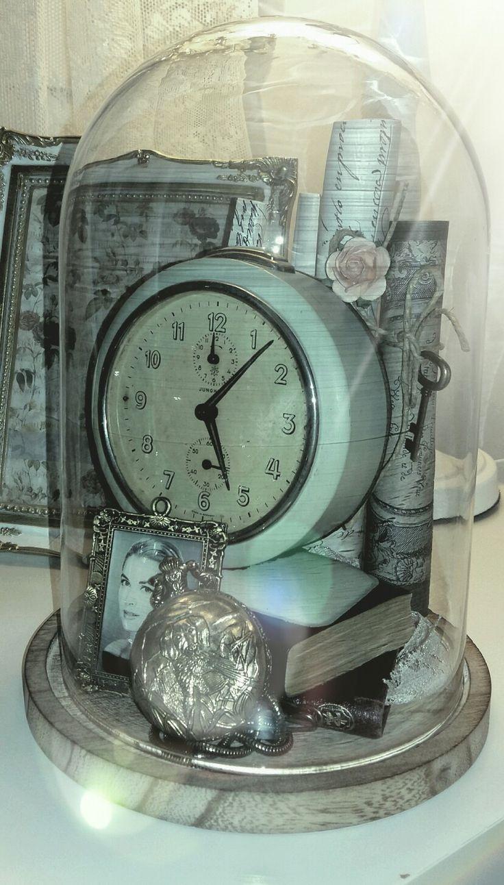 Vintage clock unter the glass