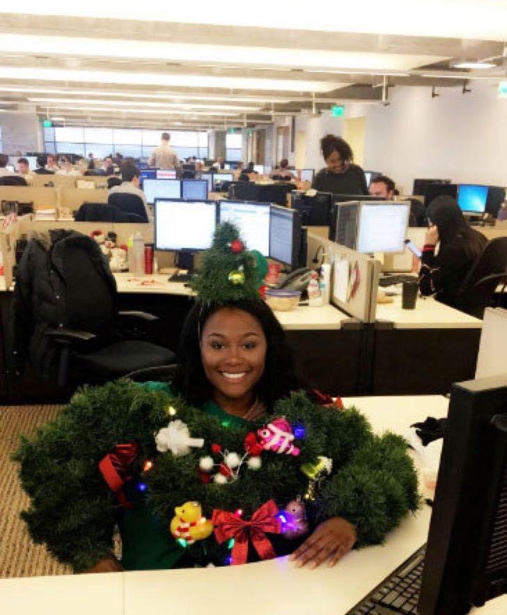Ganó segundo lugar en un concurso del suéter navideño más feo. Nadie logra entender la razón