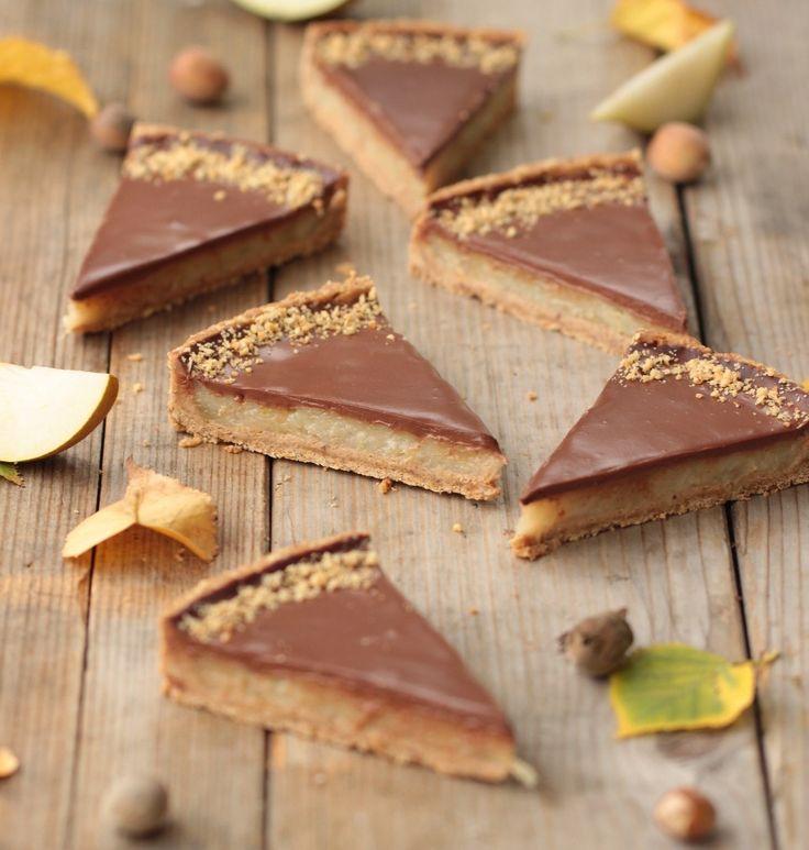 La poire et le chocolat forment un duo qui n'a plus rien à prouver. Cela fait des siècles, (ok, j'exagère un peu), ou plutôt des décennies que les pâtissiers, en herbe ou pas, les convoquent, les assemblent, leur concoctent de jolies rencontrent, pour nous fournir des préparations toujours plus succulentes les unes que les autres. Soit la belle poire se voit envahir de chocolat fondu sur sa belle robe,soit les 2 amoureux sont totalement en osmose dans une délicieuse mousse, ou alors les…