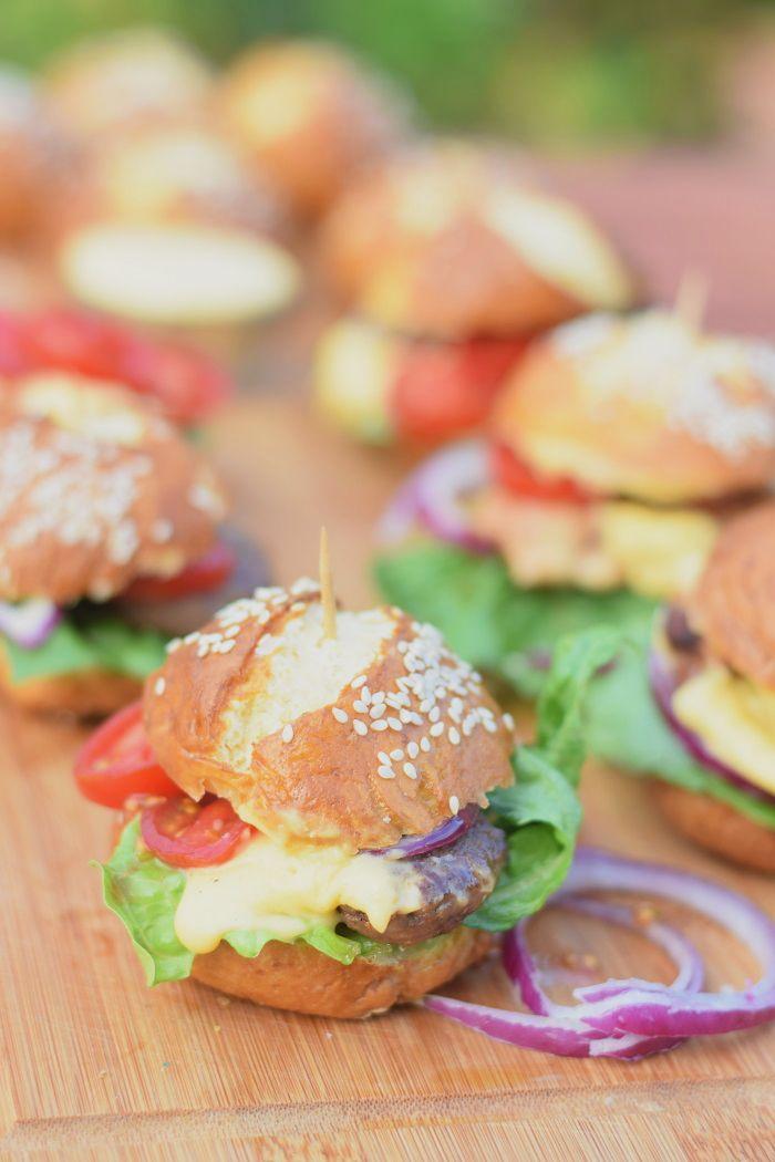 Pretzel Burger Buns - Brezel Feta Burger #grillen #bbq #summer #sommer | Das Knusperstübchen