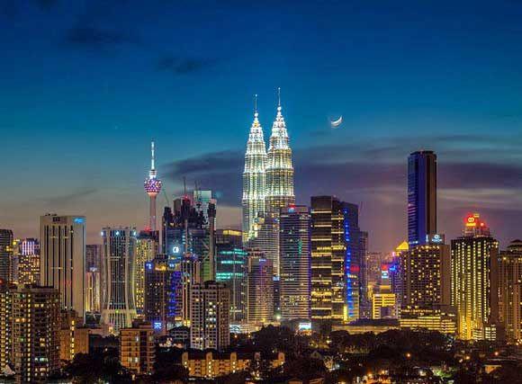 Moonrise over Kuala Lumpur (by Naim Fadil) http://www.wanderplanet.com/kuala-lumpur-travel-hotels-tourist-attractions/