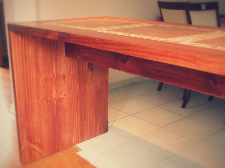 Uniones con tarugos de madera interiores, superficies limpias.