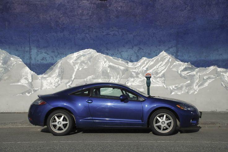 Auto estacionado frente a un mural de una calle de #Anchorage, #Alaska.