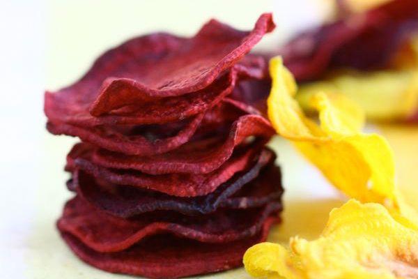 Veja aqui como fazer chips de beterraba e mandioquinha assados, um aperitivo delicioso e super saudável!