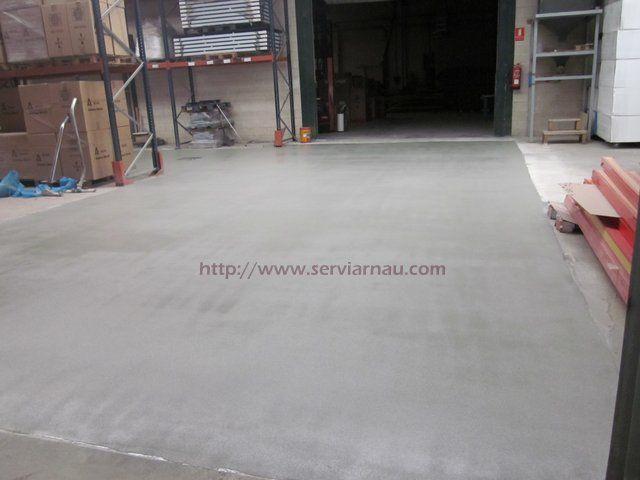 Realización de mortero cementoso autonivelante con acabado antideslizante en empresa de Chiva (Valencia)