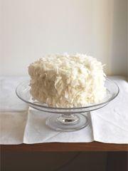 Bildhübsch kommt die Kokostorte von Trish Deseine aus I love Cake! daher, mit einem leichten, …