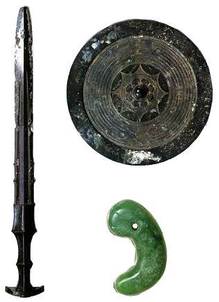 Durant l'ère de Yayoi, l'on note une importante production d'objets cérémoniels parmi lesquels, des magatama et autres pendentifs rituels en jade, des kagami ou miroirs-boucliers de bronze tel celui de Yata conservé au sanctuaire Ise-jingū, des épées longues à double tranchant, telles l'épée Kusanagi (faucheuse d'herbe) du Trésor impérial du Japon, indiquant la filiation avec celles de l'armée de Qin Shi Huangdi.