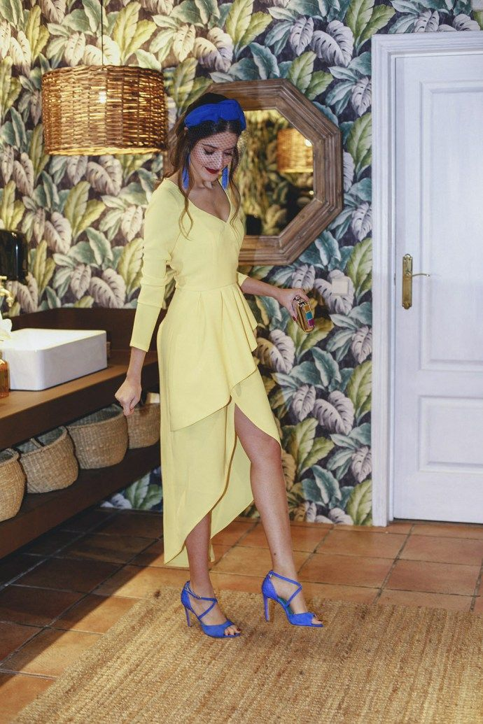 123d3f63d6 Mejor look invitada boda mañana vestido amarillo complementos azul klein  tocado