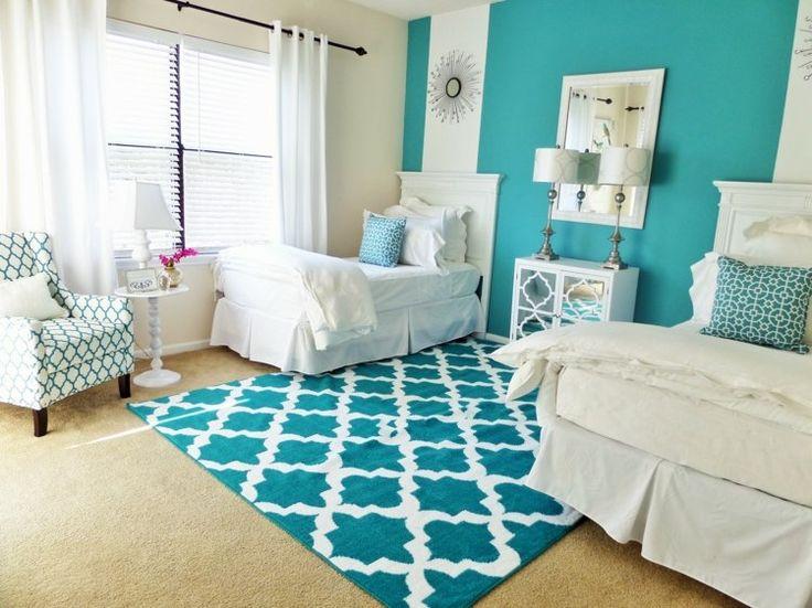 chambre à coucher avec deux lits décorée en bleu et blanc