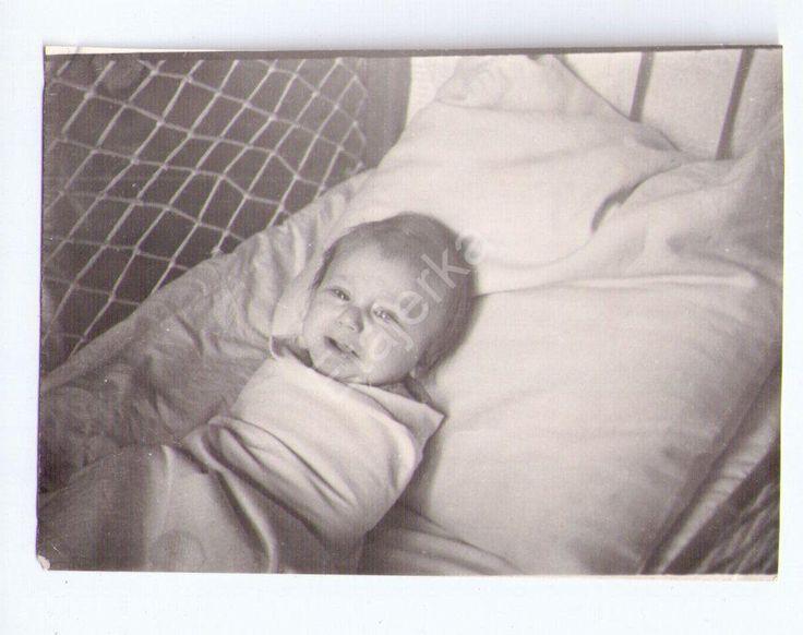 Ребенок. Малыш. Мальчик. Плачет . На кровати .1959. Фото СССР.