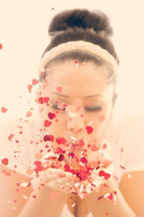 前撮りのときに撮っておきたい♡ウェディングのフラワーシャワーの写真は結婚式の大切な思い出ですよね。記念に残したいブライダルフォトの一覧をまとめました♪ご参考に♡