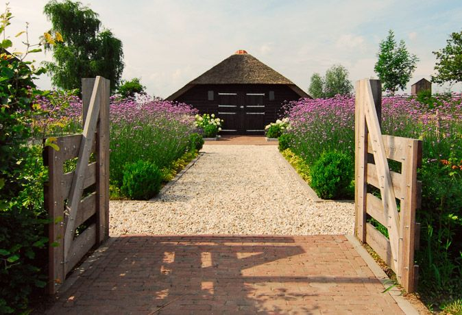Modern-landelijke tuin met strakke vijver in Ermelo / buytengewoon.nl