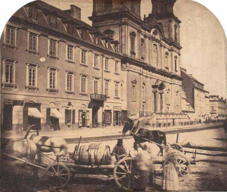 1858 , Fragment Krakowskiego Przedmieścia. Widok na kamienicę Księży Misjonarzy (obecnie Komenda Stołeczna) i kościół św. Krzyża. Ujęcie wykonano sprzed pomnika Mikołaja Kopernika.