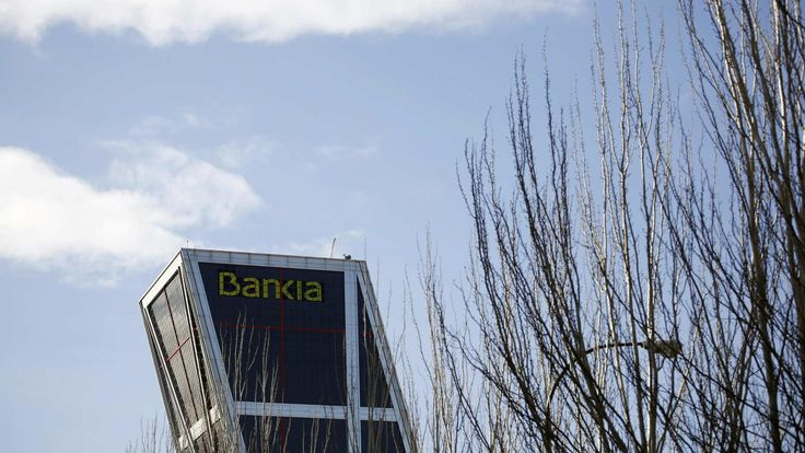 La CNMV multa solo con 6.500 euros a los bajistas que hundieron Bankia en 2013. Noticias de Empresas. Un año y nueve meses después de las ventas en corto que hundieron la cotización de Bankia con grandes pérdidas para los titulares de preferentes, la CNMV ha impuesto multas de solo 6.500 euros