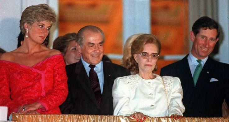 Compromisso. Deslumbrante num vestido vermelho, a princesa posa com o governador Leonel Brizola, dona Neuza Brizola e o príncipe Charles